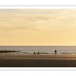 Pêcheurs sur la plage au soleil couchant