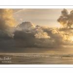 Crépuscule et ciel d'orage sur la plage