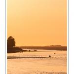 Coucher de soleil sur le chenal de la Somme à Saint-Valery, vu depuis la lanterne (phare) - Saison : été - Lieu : Saint-Valery-sur-Somme, Baie de Somme, Somme, Picardie, France
