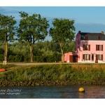 La maison rose sur les quais près du port à Saint-Valery-sur-Somme - Saison : été - Lieu : Saint-Valery-sur-Somme, Baie de Somme, Somme, Picardie, France.