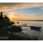 Crépusule et coucher de soleil sur les barques amarées le long du fleuve. Saison : été - Lieu : Saint-Valery-sur-Somme, Baie de Somme, Somme, Picardie, France.