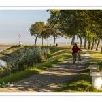 Promeneurs sur la digue à Saint-Valery