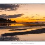 Crépuscule sur le bourg de Saint-Valery depuis la Baie de Somme à marée basse. Saison : été - Lieu : Saint-Valery-sur-Somme, Baie de Somme, Somme, Picardie, France.