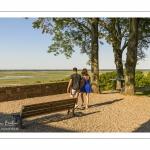 un couple sur les hauteurs de la vieille ville médiévale près de la porte Guillaume