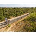 Cyclistes sur la route blanche au Hourdel