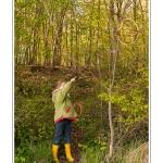 """Balade """"Herbes folles à tresser"""" dans le cadre du Festival de l'oiseau animée par le guide nature Maxime Marzi (maxim.nature@gmail.com). Promenade le long de la petite Somme et du canal de la Somme à Pinchefalise, près de Saint-Valery en Baie de Somme. Les festivaliers sont initiés au choix des matériaux pour la vanerie (lierre, saule, osier), et aux techniques de tressage. Il sont invités à fabriquer chacun une guirlande pour les enfant, et une sphère pour les adultes. Ces objets sont ensuite accroché à """"l'Arbre aux fées"""", dans un bois tout proche. Saison : Printemps - Lieu : Pinchefalise, Saint-Valery-sur-Somme, Baie de Somme, Somme, Picardie, France."""