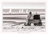 Deux dames assises dans un chariot qui leur sert de banc sur la plage de Quend regardent les chars-à-voile - Saison : Printemps - Lieu : Quend-Plage, Somme, Picardie, Hauts-de-France, France