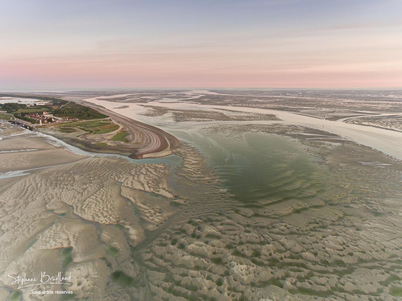 France, Somme (80), Baie de Somme, Le Hourdel, La pointe du Hourdel et les bancs de sable de la baie de Somme à marée basse (vue aérienne) ; le chenal de la Somme s'étend jusqu'à la mer // France, Somme (80), Bay of Somme, Le Hourdel, The tip of the Hourdel and the sand banks of the Bay of Somme at low tide (aerial view); the channel of the Somme extends to the sea