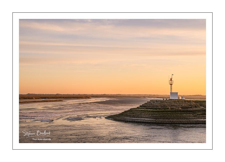 Vague de froid en Baie de Somme, la glace se forme au pied de la digue, le long des quais de la Somme à Saint-Valery-sur-Somme